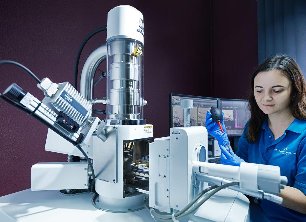 Prüftechnik Oberflächenanalyse kommt in der Beschichtungstechnik zum Einsatz, zum Beispiel mit einem REM